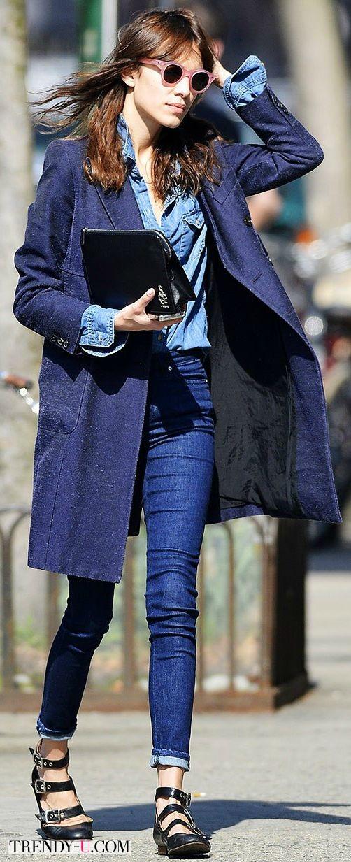 Алекса Чанг в джинсах, джинсовой рубашке и плаще из денима