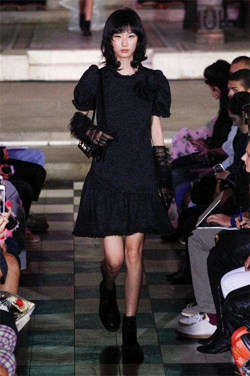 Черное платье из весенне-летней коллекции Ryan Lo 2018