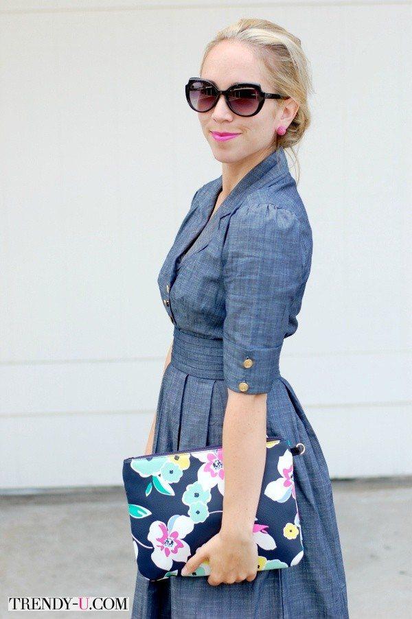 Романтическое платье из джинсовой ткани с юбкой в складку и клатч с цветочным принтом