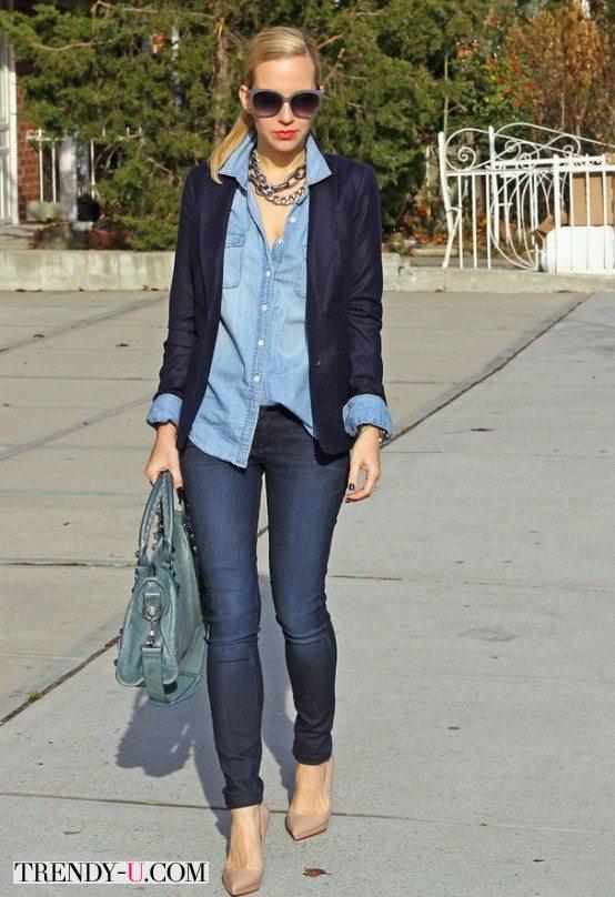 Джинсовая рубашка и жакет, джинсы и бежевые лодочки на шпильках