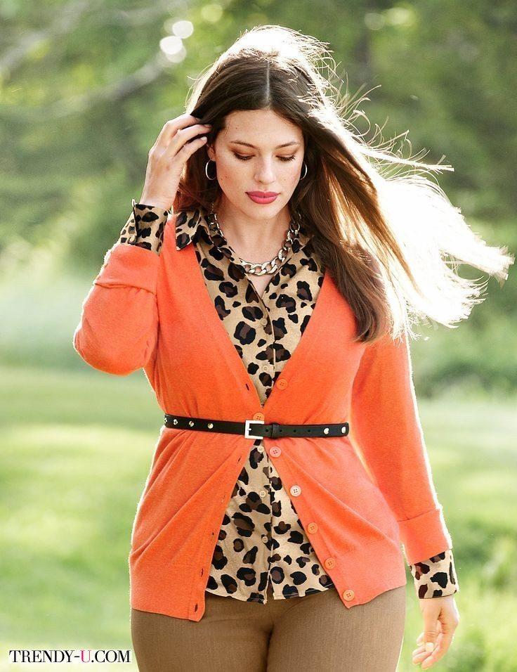 Яркий кардиган с леопардовой блузкой и песочными брюками