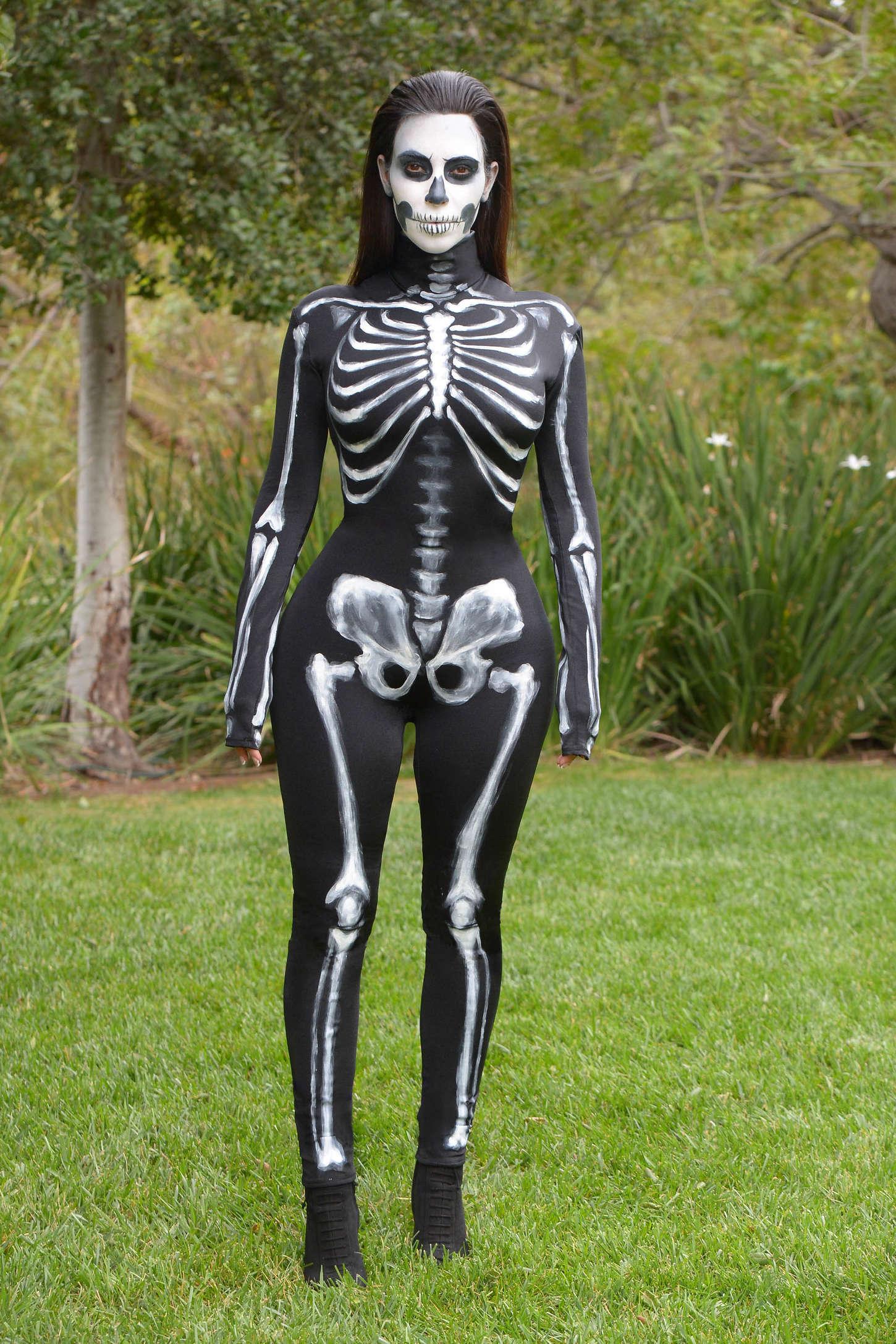 Ким Кардашьян в костюме скелета