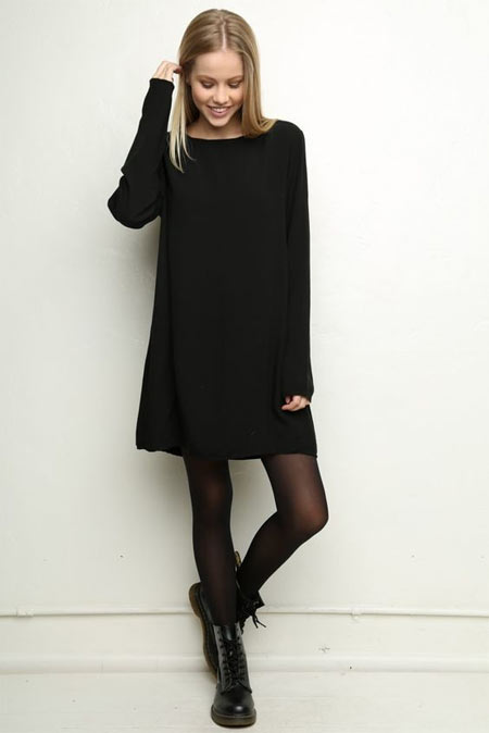 Черное платье, черные колготки и ботинки