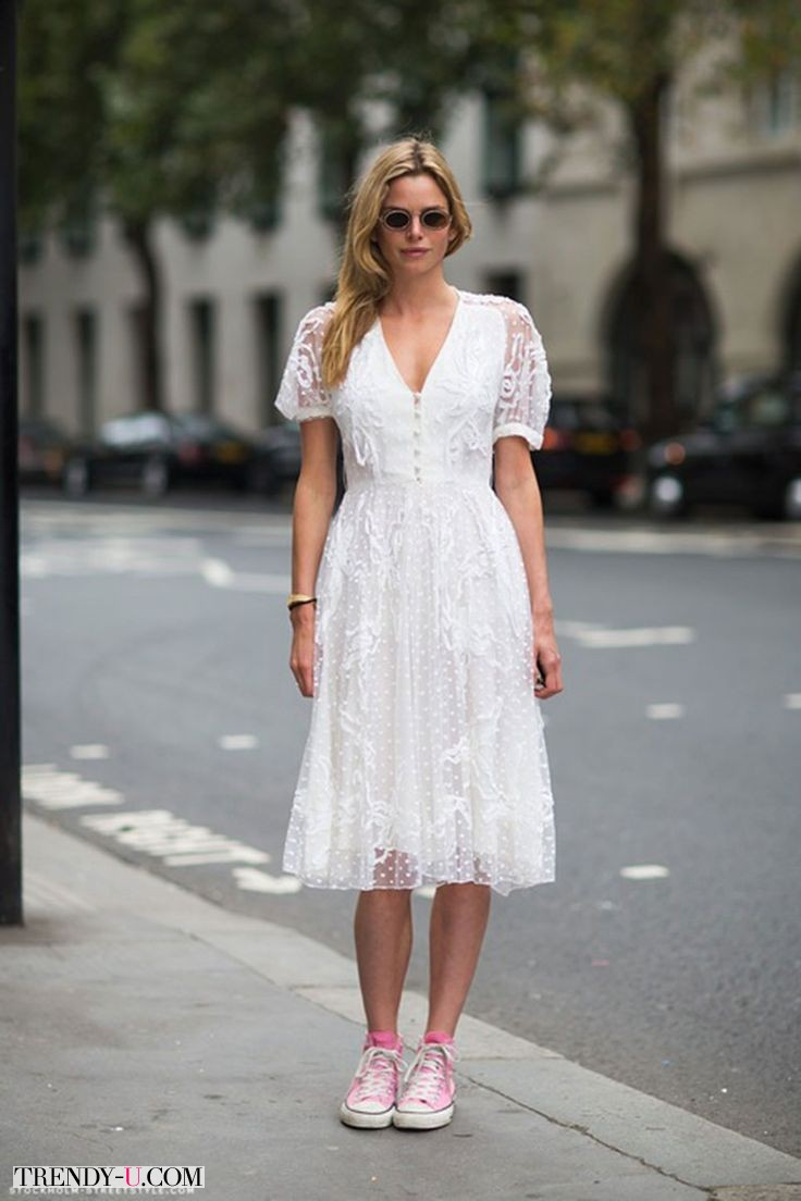 Белое кружевное платье и розовые кеды