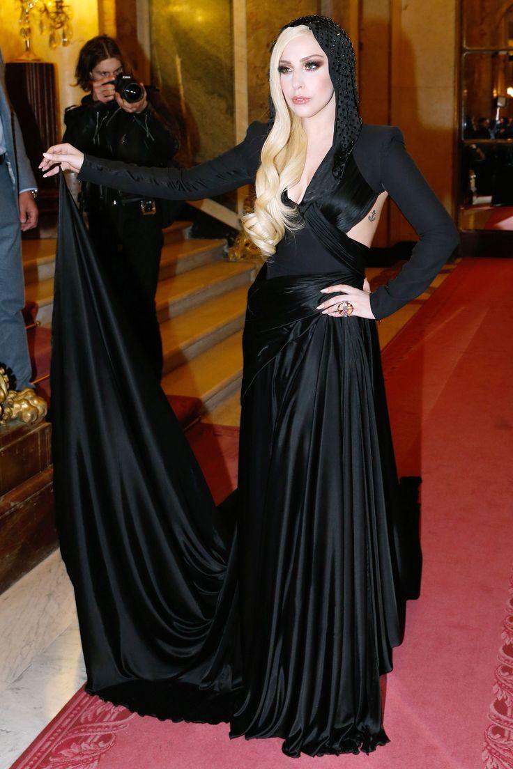 Леди Гага в черном платье с капюшоном. Отличный наряд для Хэллоуина