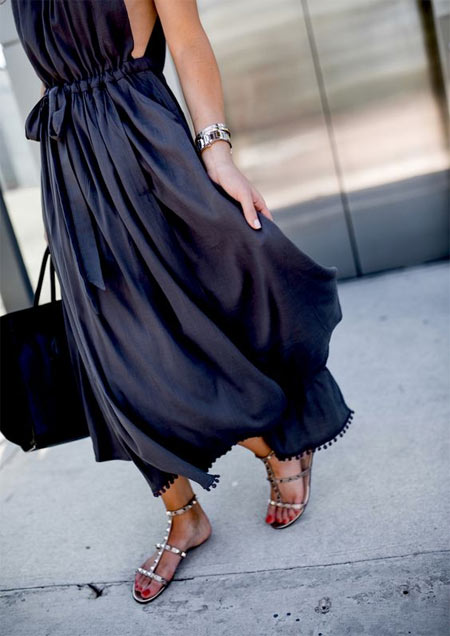 Черное платье или сарафан миди и сандалии