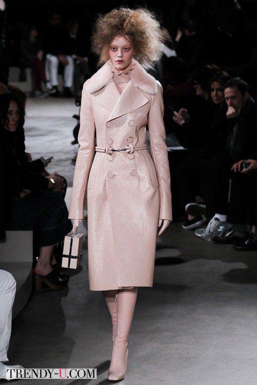 Модное розовое зимнее пальто из кожи