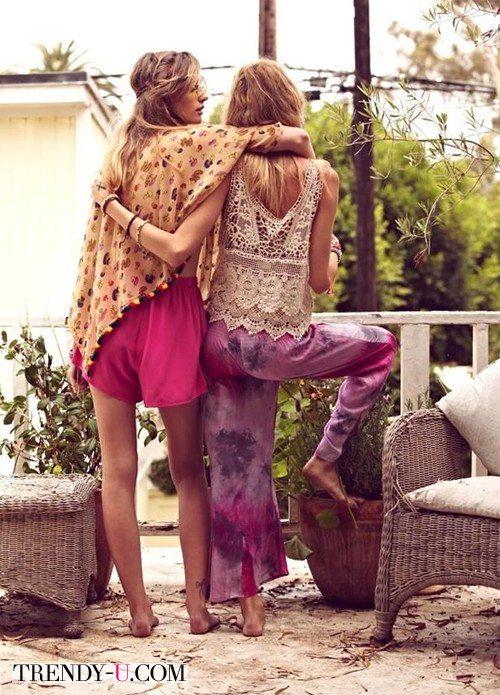 Девушки хиппи часто ходят босиком