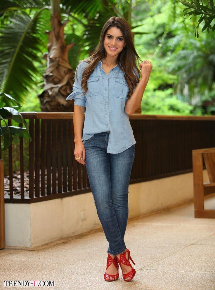Модный блоггер Паола Коэльо в джинсах и джинсовой рубашке