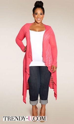 Розовый кардиган с темными джинсами на полной красавице