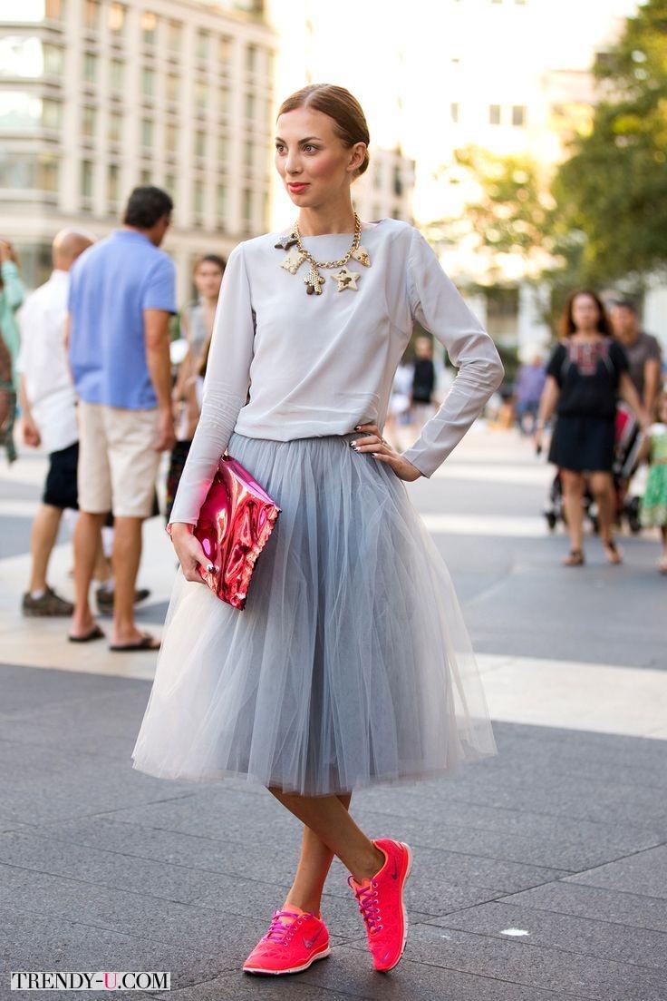 Тюлевая юбка Tutu, розовые кроссовки и клатч в тон