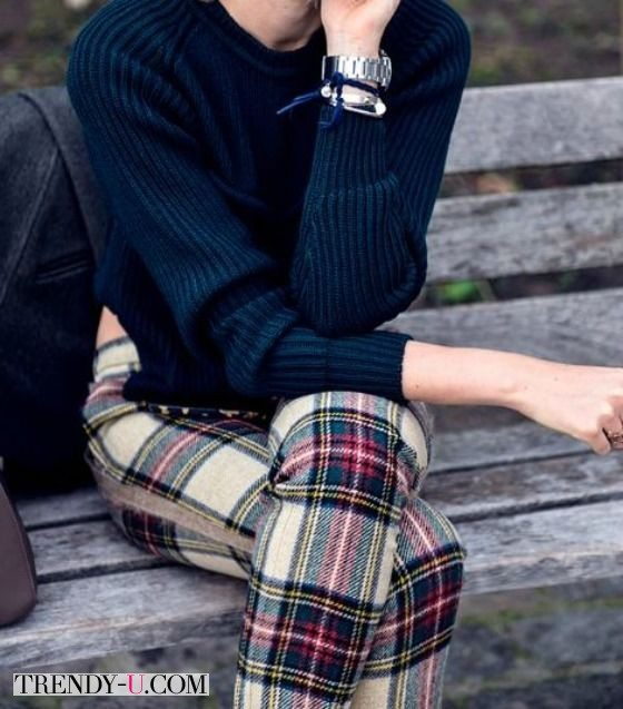 Брюки в шотландскую клетку и скромный темный свитер