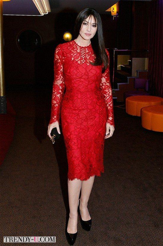 Моника Белуччи в красном кружевном платье в драматическом стиле