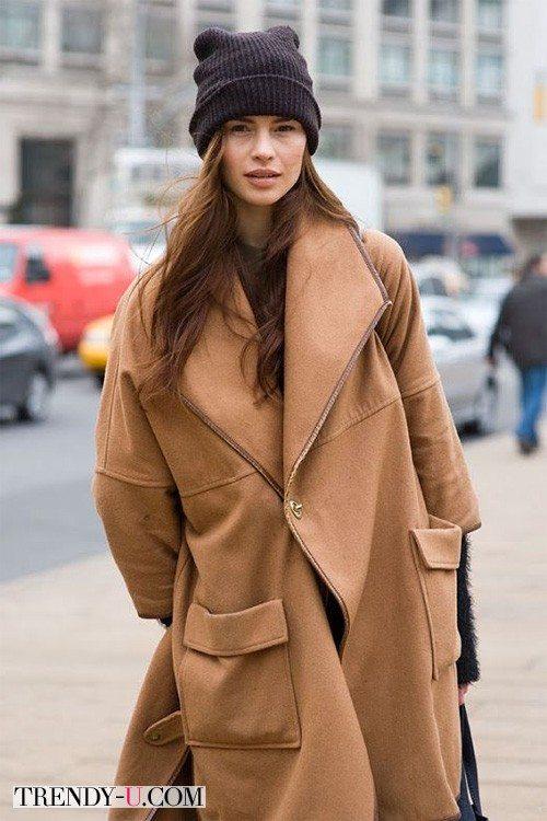 Коричневое пальто оверсайз и шапка носок