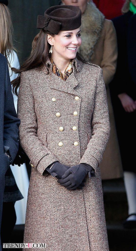 Кейт Миддлтон в классическом двубортном пальто из твида