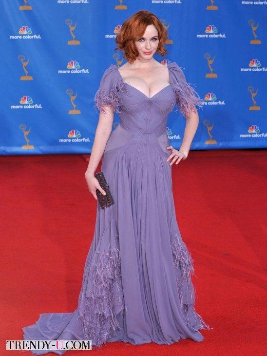 Кристина Хендрикс в светло-сиреневом вечернем платье с декольте и выделенной талией