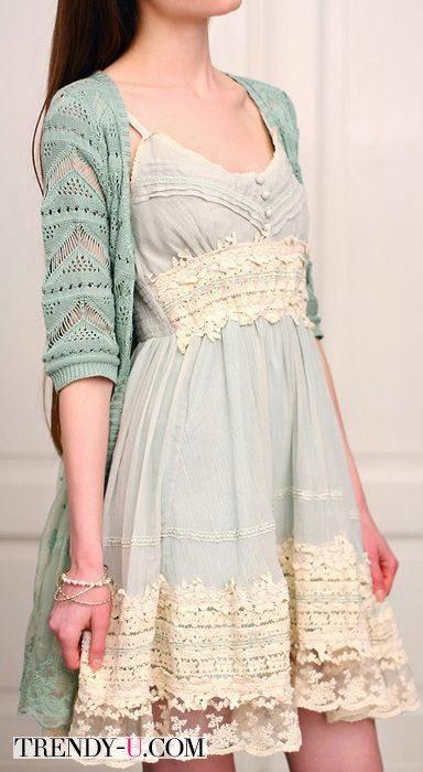 Платье в сочетании с кардиганом в нежных пастельных тонах