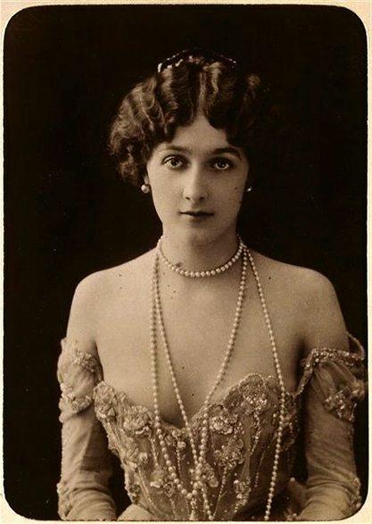 Lina Cavalieri в платье с декольте