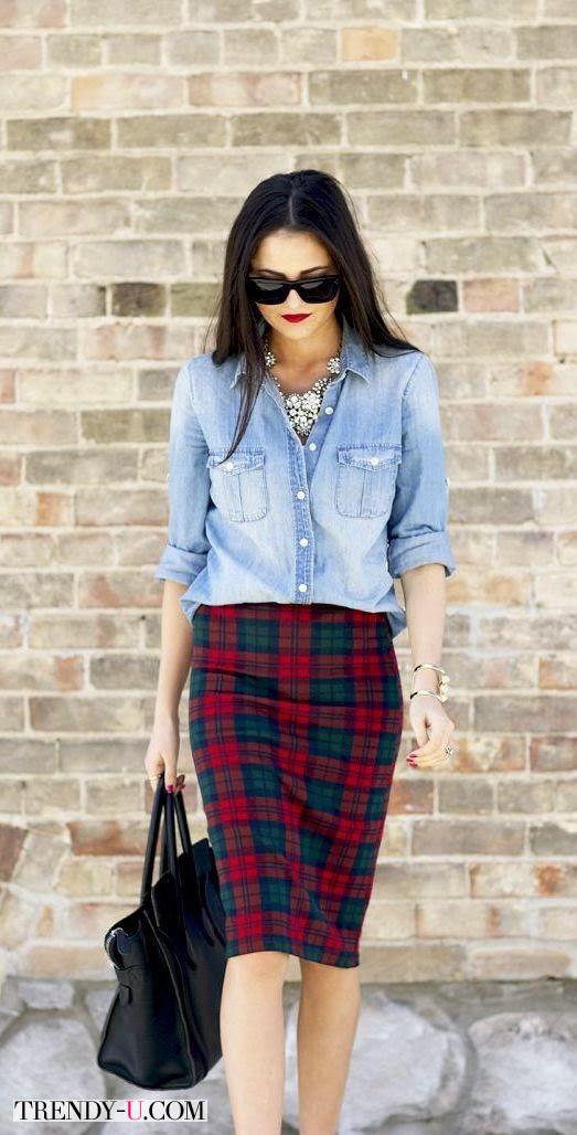 Три тренда в одном: рубашка из денима, юбка-карандаш из тартана