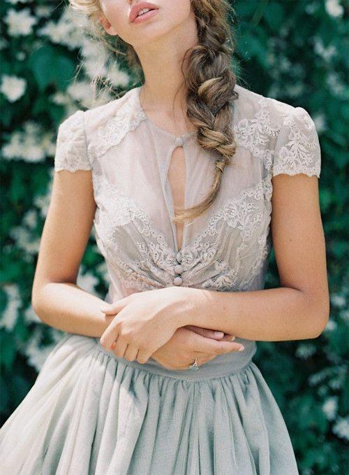 Блузка и юбка и, похоже, прическа в романтическом стиле