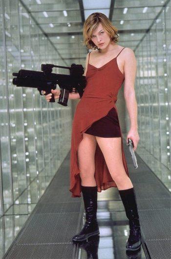 Милла Йовович в Обители зла - 1, 2002 год