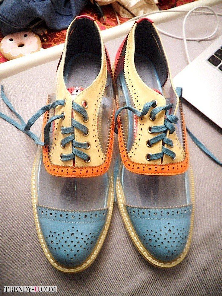 Все тренды обуви в одной паре - оксфорды, они же броги, разноцветные и с прозрачными деталями