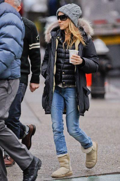 Угги, парка, джинсы и вязаная шапка на уличной моднице