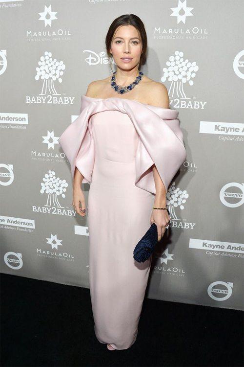 Актриса Джессика Бил в платье с открытыми плечами