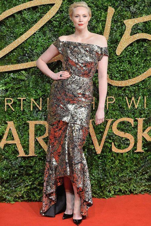 Гвендолин Кристи в платье с открытыми плечами