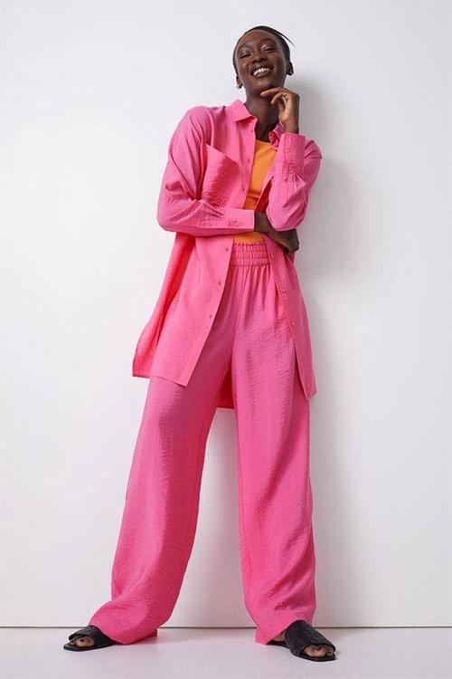 Розовый костюм - оранжевый топ: модно, смело, стильно