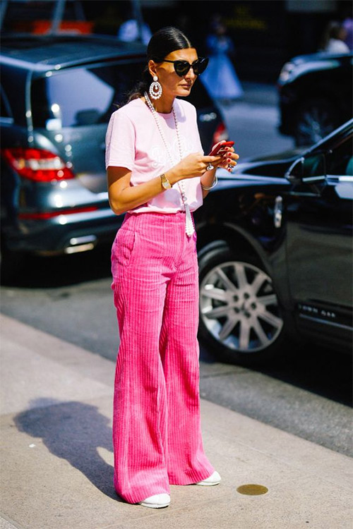 Розовые вельветовые широкие брюки и белый топ