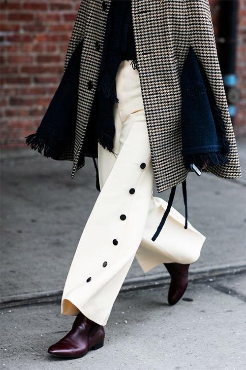 Белые брюки, клетчатое серое пальто
