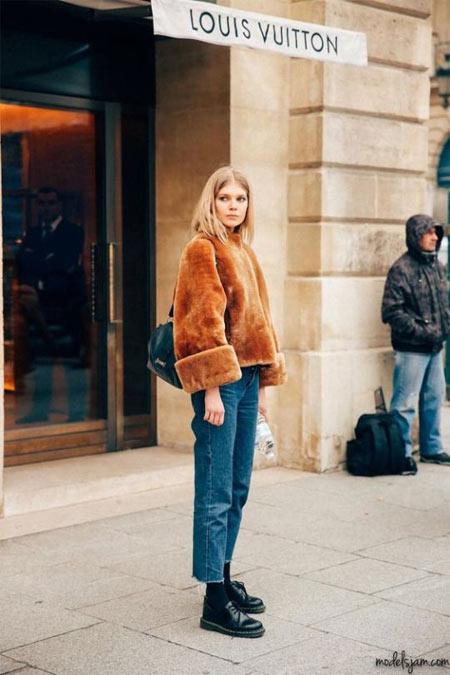 Искусственный полушубок на уличной моднице 2018
