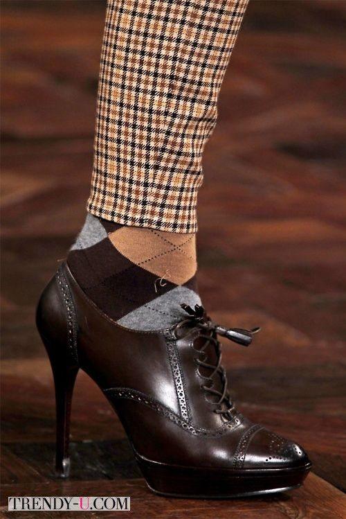 Стильные оксфорды на каблуках с носками и узкими брюками на показе Ralf Lauren