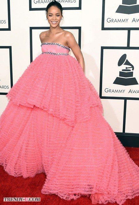 Рианна в платье гламурной губки для душа
