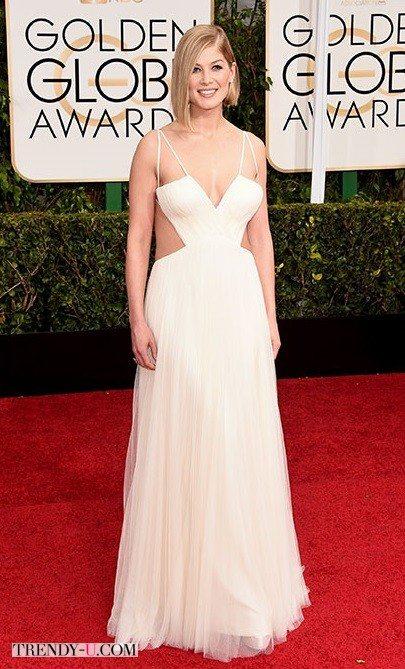 Розамунд Пайк в белом платье не по размеру
