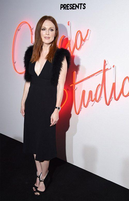 Джулианна Мур на премьерном показе. В маленьком черном платье