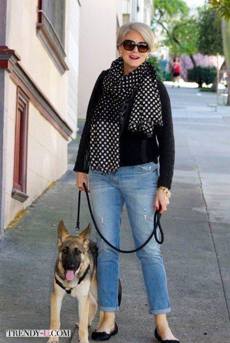 Модница за 50 носит голубые джинсы, балетки и эффектный шарф