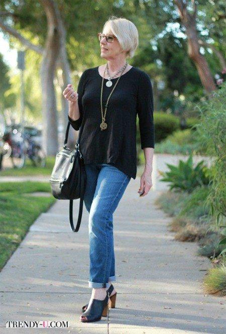 Стильно одетая женщина среднего возраста