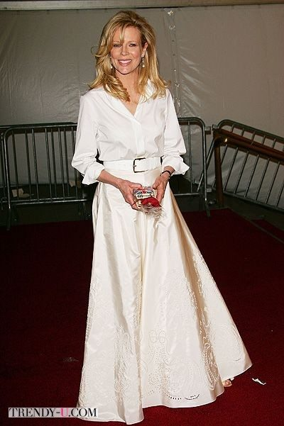 Свежо во всех смыслах слова. Белая рубашка и широкая белая юбка в пол.