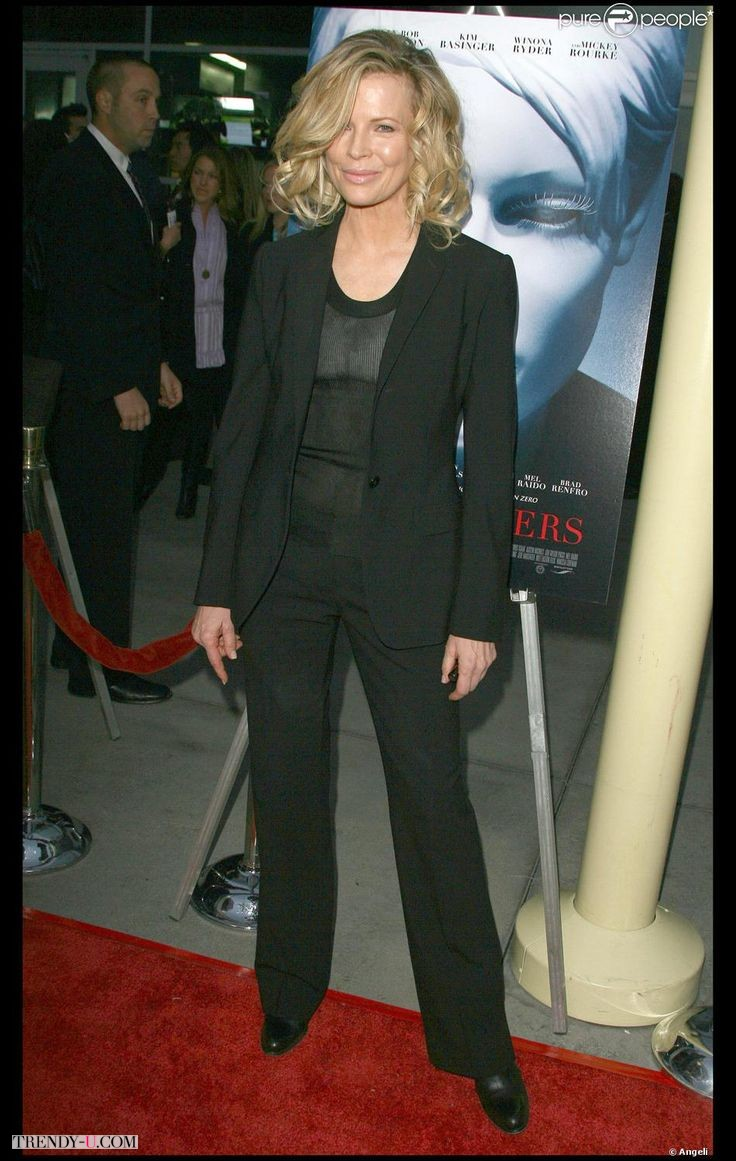 Как одеться женщине на торжество в 50 лет? В стильный черный брючный костюм!