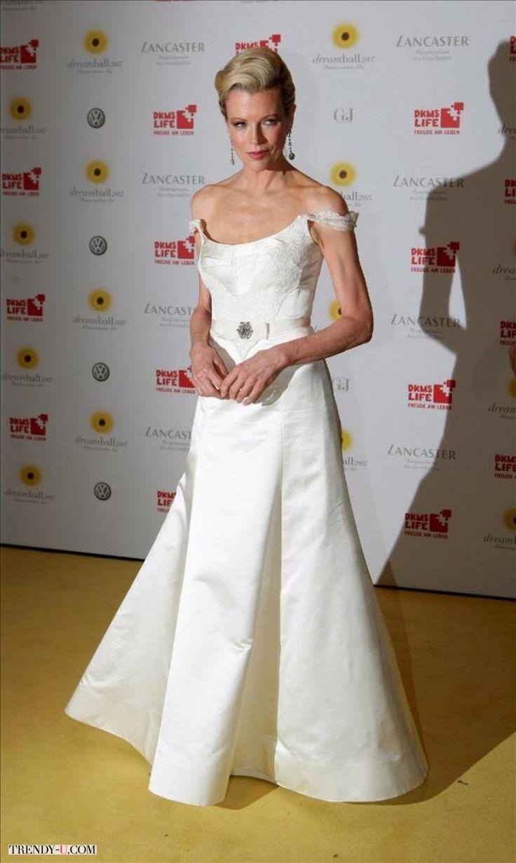Белое платье в пол с открытыми плечами надеть на торжество в 60 лет. Почему нет?