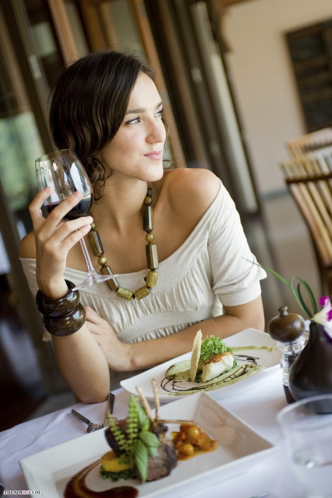 Красивая женщина и вкусная еда! Что может быть лучше для мужчины?