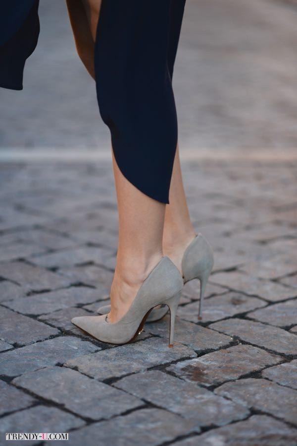 Туфли на каблуках телесного или серого цвета удлиняют ноги и прокачивают сексуальность на 100 уровней!
