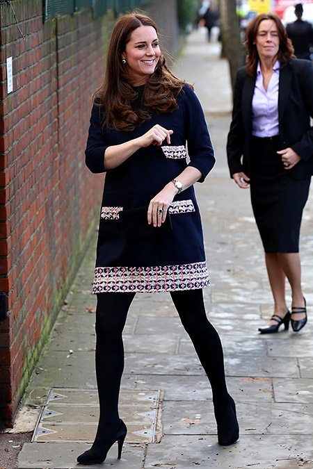 Кейт в темно-синем платье