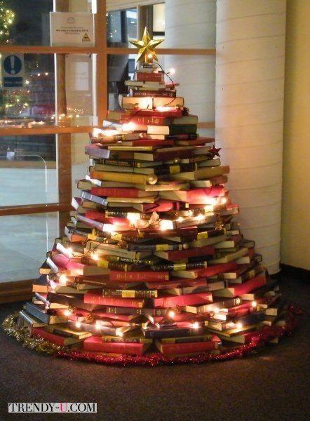 Очень образованная елка! Вся состоит из книг!