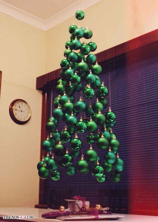 Креативно и просто - подвесная елка из зеленых елочных шариков