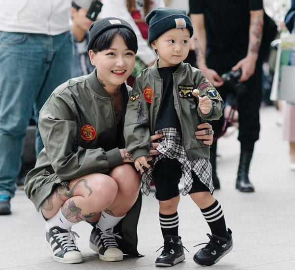 Мать и сын одетые в одном стиле