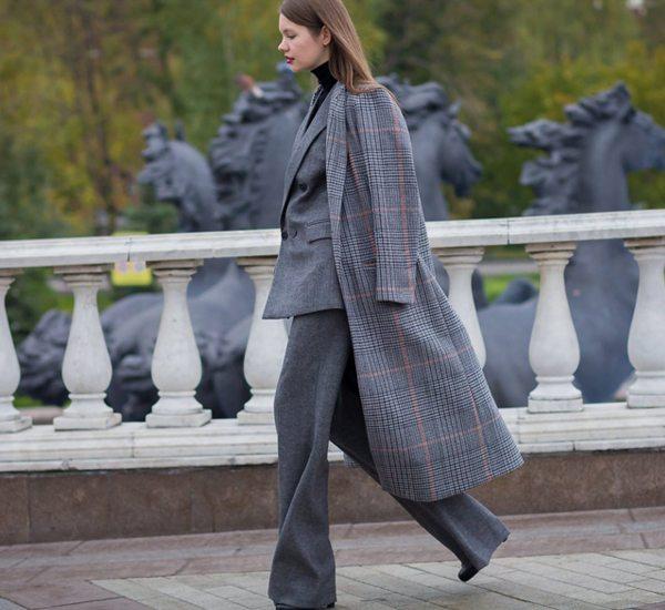 Женщина в костюме и клетчатом пальто