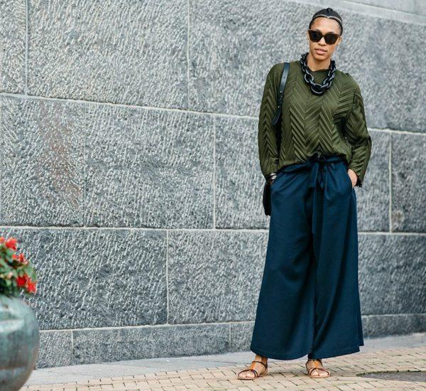 Модница в широких брюках и свитшоте